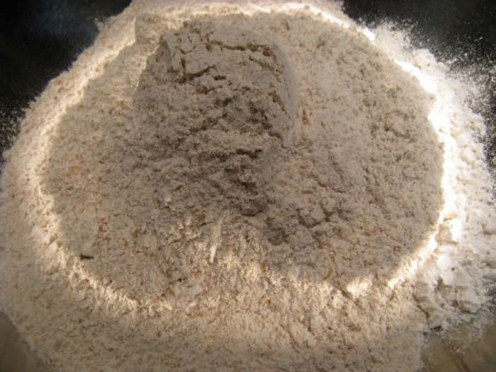 Фото рецепта - Домашний хлеб на пиве в духовке - шаг 1