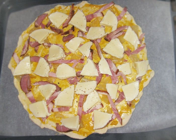 Фото рецепта - Гавайская пицца - шаг 4