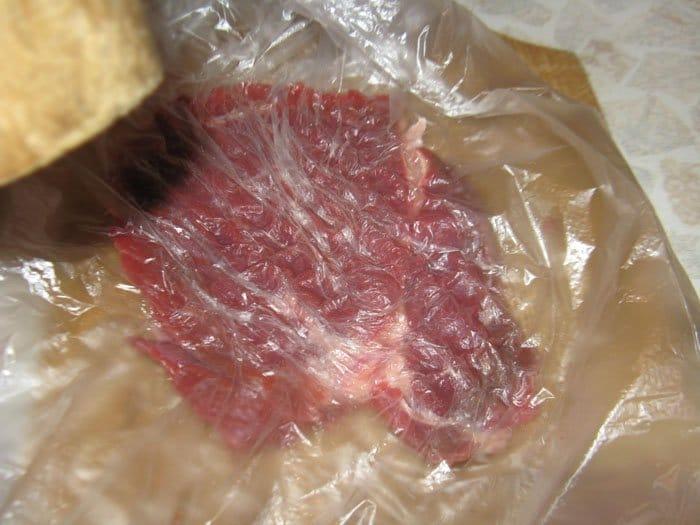 Фото рецепта - Рулеты из говядины с ананасами - шаг 2