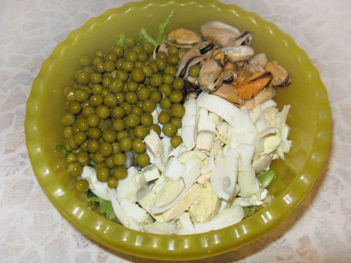 Фото рецепта - Салат из мидий, яиц и зеленного горошка - шаг 2