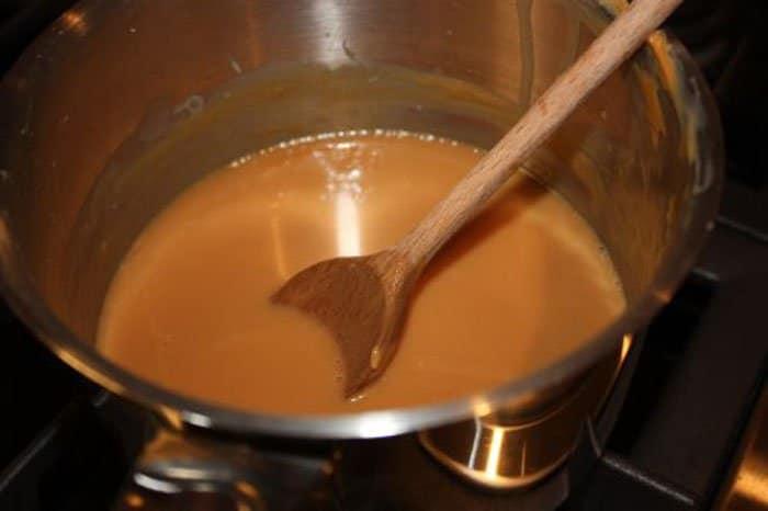 Фото рецепта - Шоколадный пирог с карамелью - шаг 2