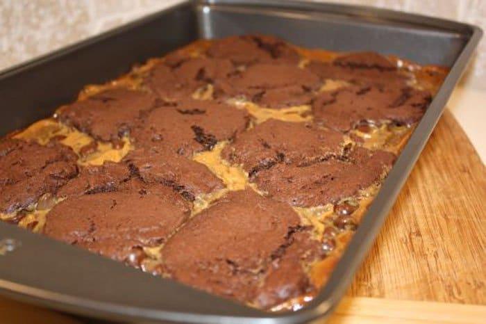 Фото рецепта - Шоколадный пирог с карамелью - шаг 6