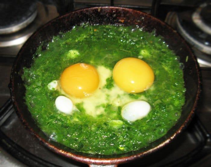 Фото рецепта - Яйца на шпинатной подушке - шаг 3