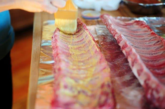 Фото рецепта - Жареные свиные ребрышки в духовке - шаг 3