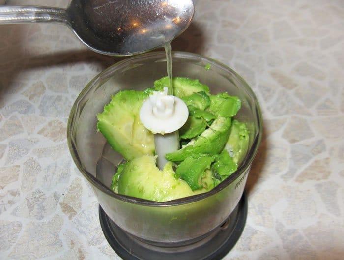 Фото рецепта - Авокадо с помидором на крекере – закуска - шаг 2