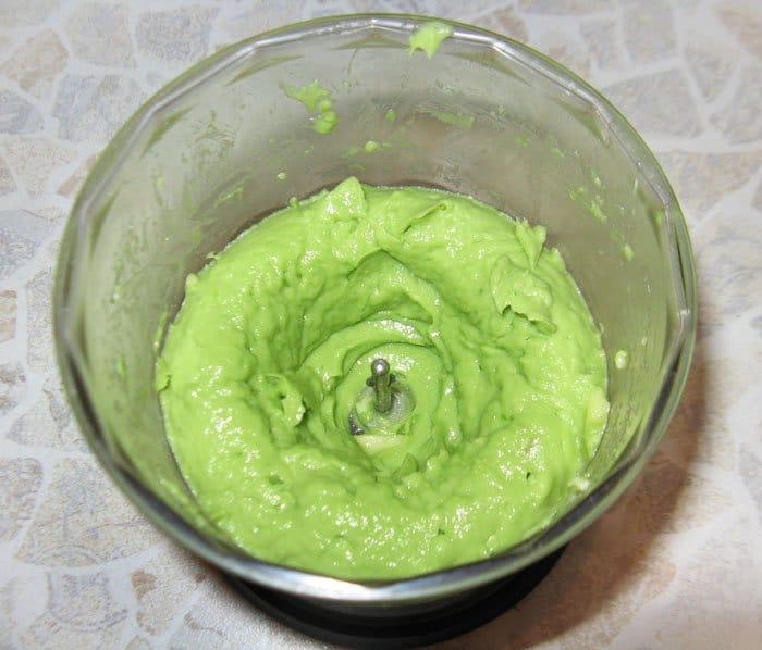Фото рецепта - Авокадо с помидором на крекере – закуска - шаг 3