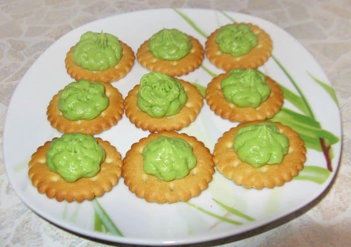 Фото рецепта - Авокадо с помидором на крекере – закуска - шаг 4
