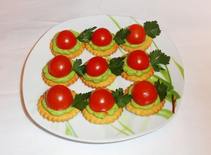 Авокадо с помидором на крекере – закуска