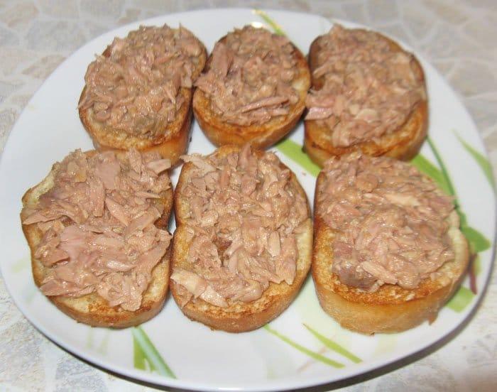 Фото рецепта - Брускетты (бутерброды) с тунцом  и сыром Фета - шаг 3