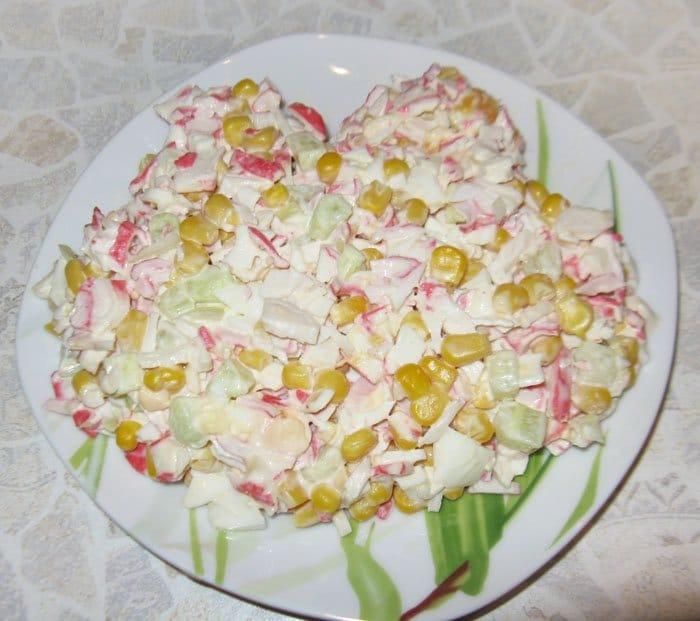 Фото рецепта - Крабовый салат со свежим огурцом «Лягушонок» - шаг 2