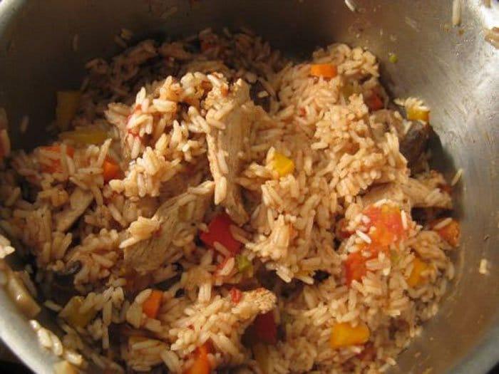 Фото рецепта - Паэлья с курицей, грибами и овощами - шаг 9