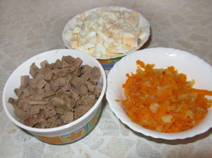Фото рецепта - Печеночный салат с зеленым горошком - шаг 4