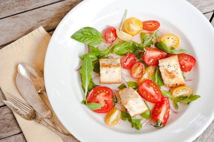Фото рецепта - Салат с помидорами и гренками - шаг 6