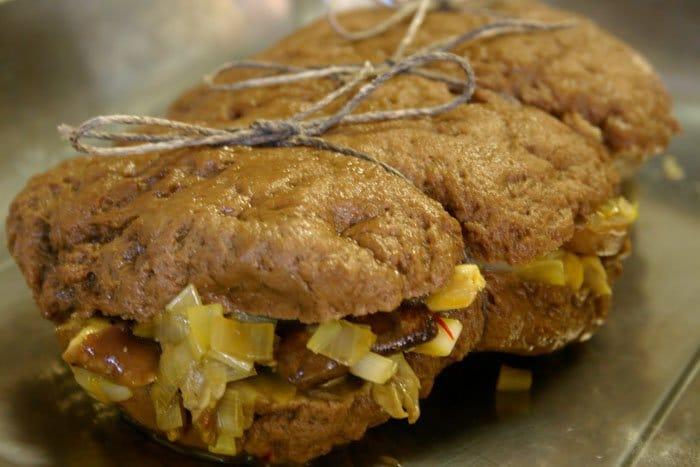 Фото рецепта - Стейк  из говядины с грибами, запеченный в духовке - шаг 2
