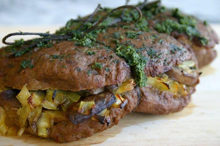 Стейк  из говядины с грибами, запеченный в духовке - рецепт с фото