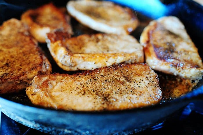 Фото рецепта - Свиные отбивные с яблоками и сливочным кус кусом - шаг 2
