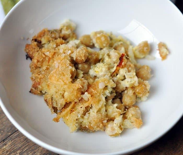 Фото рецепта - Сырная запеканка с творогом и горохом нут - шаг 6