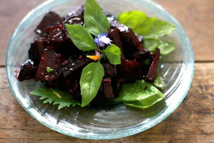 Теплый салат из свеклы с имбирем и медом - рецепт с фото