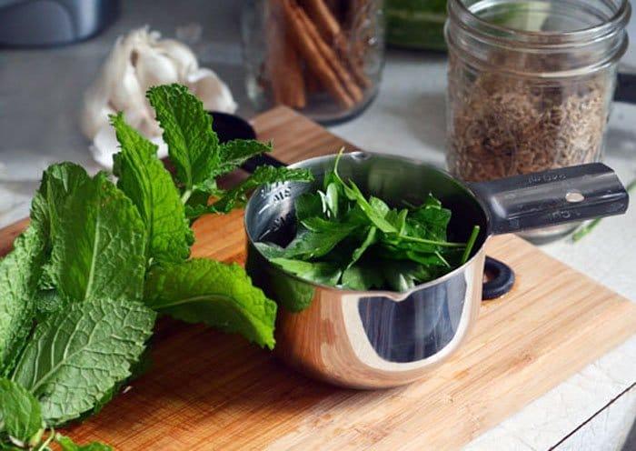 Фото рецепта - Теплый салат с горохом и вялеными помидорами - шаг 2