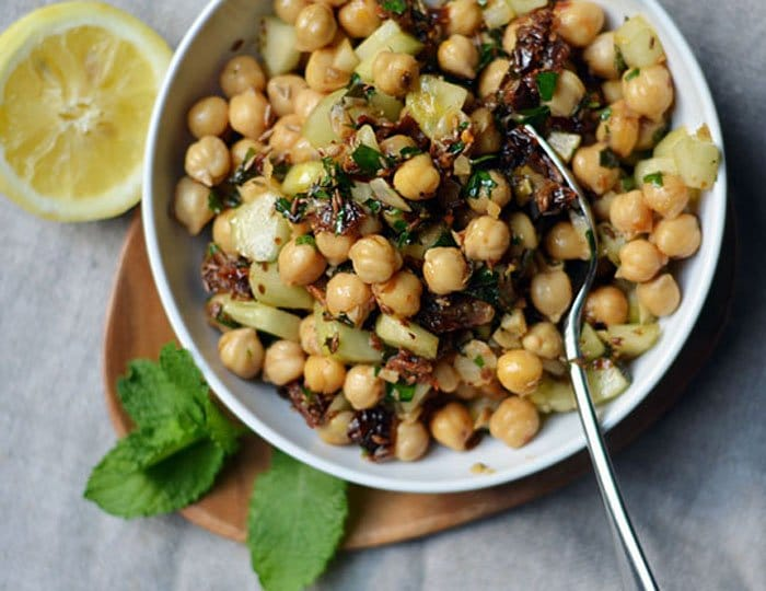 Фото рецепта - Теплый салат с горохом и вялеными помидорами - шаг 5