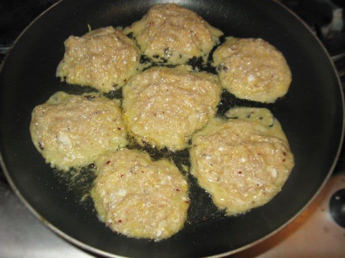 Фото рецепта - Тыквенно-яблочные оладьи с творогом и изюмом - шаг 4