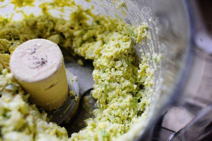 Фото рецепта - Закуска из авокадо с яйцом и помидором - шаг 3