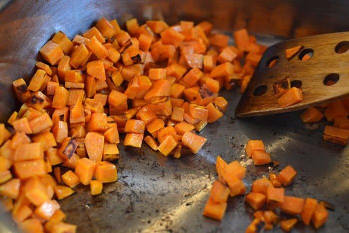 Фото рецепта - Макароны Орзо с морковью и грибами - шаг 2