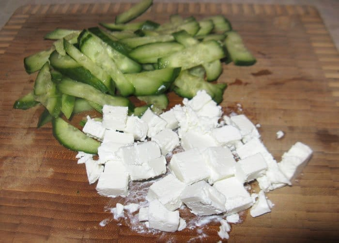 Фото рецепта - Огуречный салат с сыром Фета - шаг 2