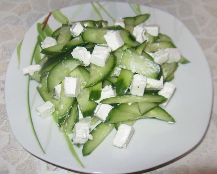 Фото рецепта - Огуречный салат с сыром Фета - шаг 3