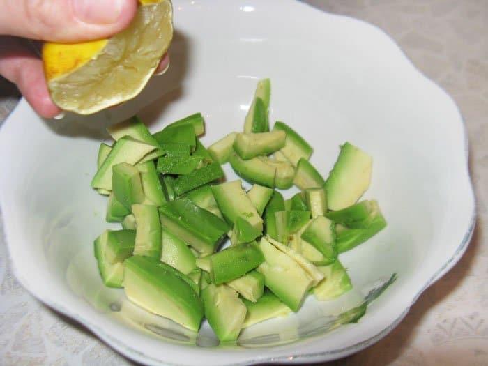 Фото рецепта - Салат с языком и авокадо - шаг 2