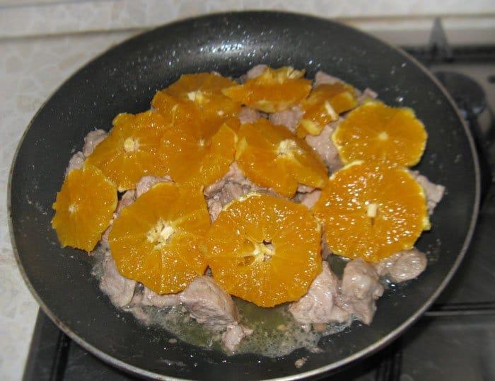 Фото рецепта - Тушеная свинина с апельсинами - шаг 3