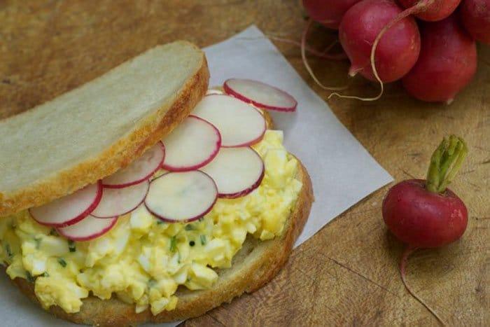 Яичный салат с редисом - рецепт с фото