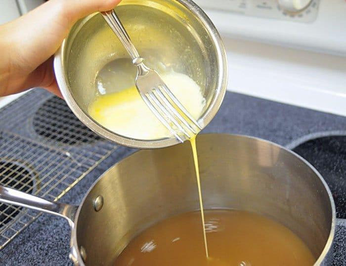 Фото рецепта - Яичный куриный суп с зеленью - шаг 3