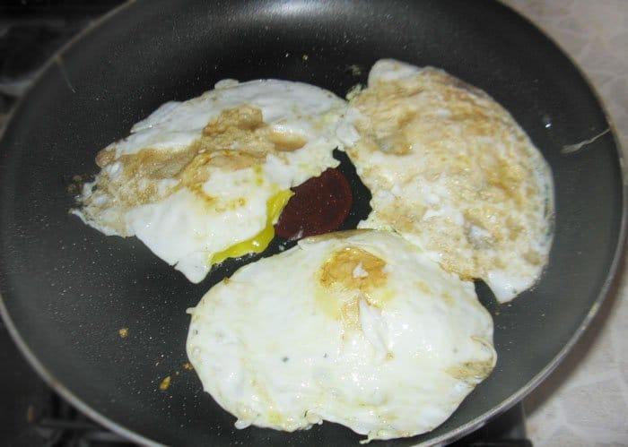 Фото рецепта - Жареные яйца в мешочек - шаг 2
