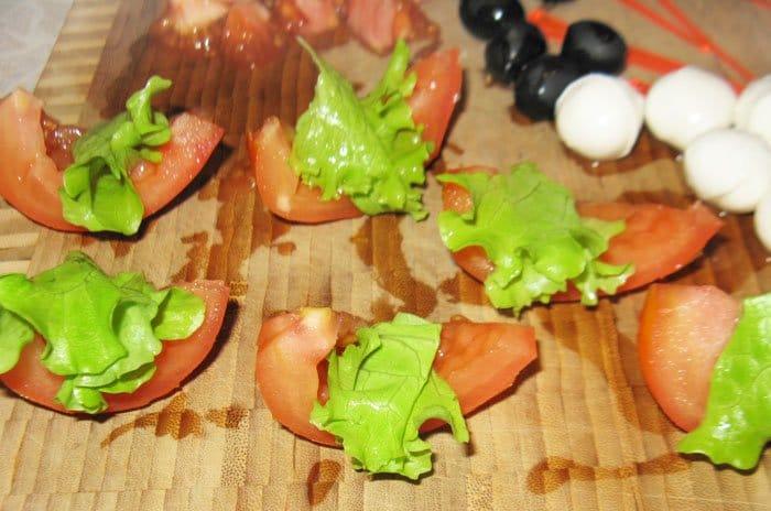 """Фото рецепта - Канапе """"Помидорная лодка Kaprize"""" и канапе с креветками - шаг 1"""