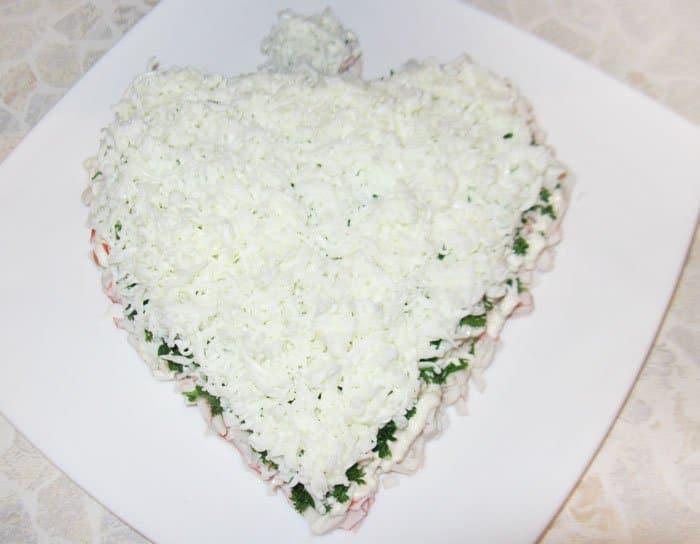 Фото рецепта - Праздничный салат из морепродуктов «С любовью» - шаг 7