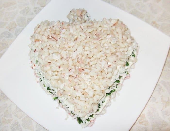 Фото рецепта - Праздничный салат из морепродуктов «С любовью» - шаг 8