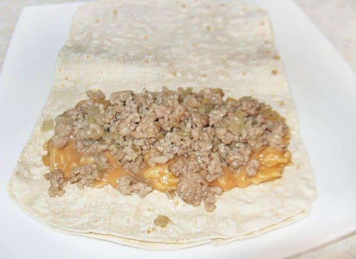 Фото рецепта - Буррито с фаршем и белой фасолью - шаг 5