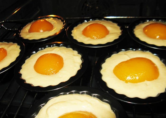 Фото рецепта - Кексы с персиками - шаг 6