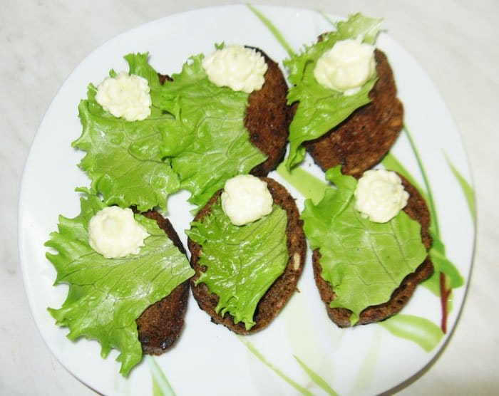 Фото рецепта - Селедка с яйцом на тостах - шаг 2