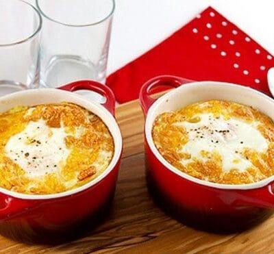 Запеченные яйца с «домашней колбасой» и пшенной кашей - рецепт с фото