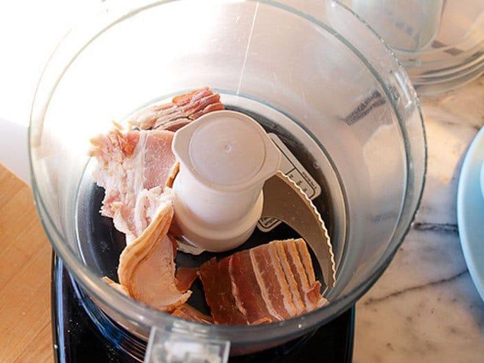 Фото рецепта - Запеченные яйца с «домашней колбасой» и пшенной кашей - шаг 1