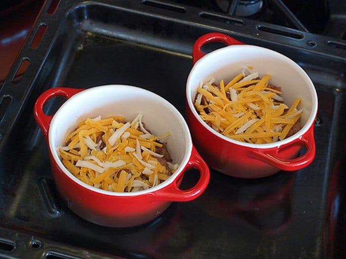 Фото рецепта - Запеченные яйца с «домашней колбасой» и пшенной кашей - шаг 7