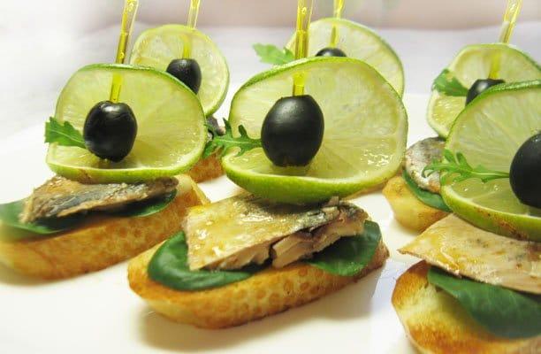 Бутерброды со скумбрией «Лодочки» - рецепт с фото