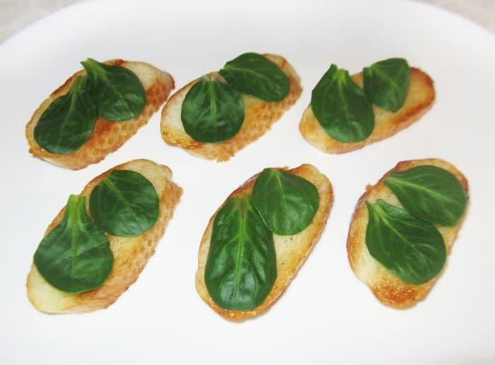 Фото рецепта - Бутерброды со скумбрией «Лодочки» - шаг 4