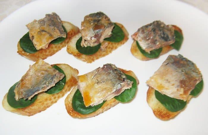 Фото рецепта - Бутерброды со скумбрией «Лодочки» - шаг 5