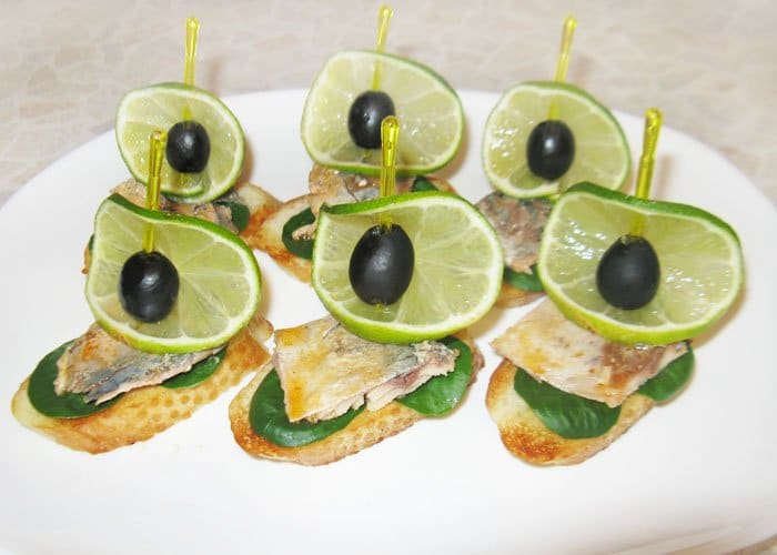 Фото рецепта - Бутерброды со скумбрией «Лодочки» - шаг 6