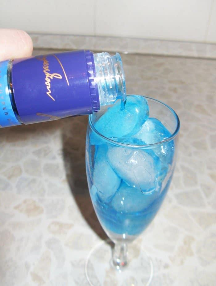 "Фото рецепта - Коктейль ""Голубая лагуна"" - шаг 4"