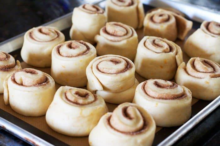 Фото рецепта - Сдобные булочки с корицей и ванильной глазурью - шаг 7