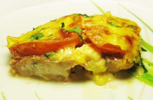 Запеченный окунь под помидорами и сыром